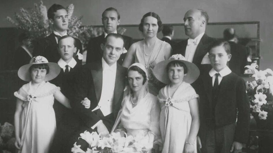La famille réunie à l'occasion du mariage du Geneviève Cavrois le 6 juillet 1932