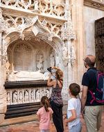 Famille devant le tombeau de Marguerite de Bourbon au monastère royal de Brou