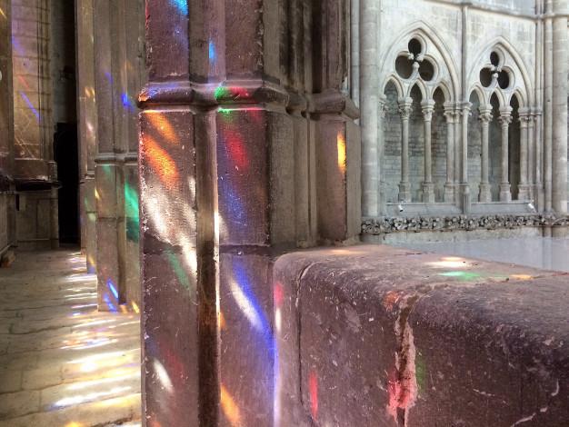 La lumière des vitraux dans le triforium