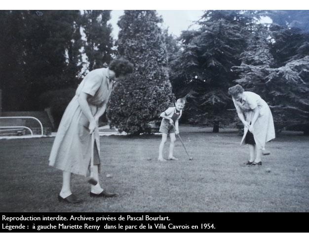 à gauche, Mariette Remy dans le parc en 1957