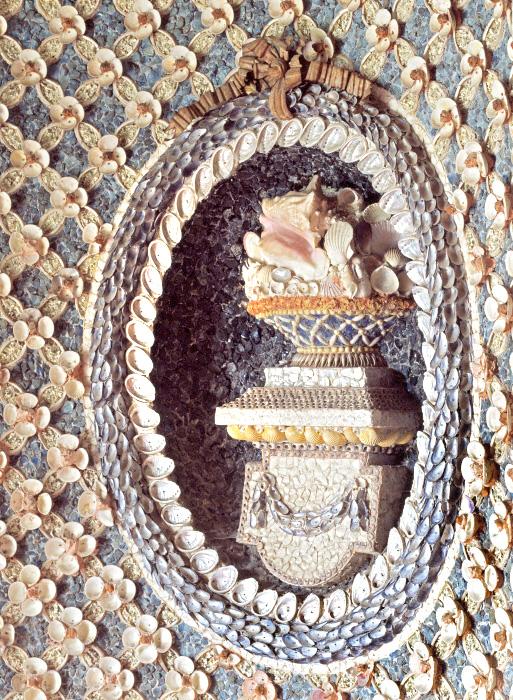 Décor d'un médaillon avec vase en coquillages