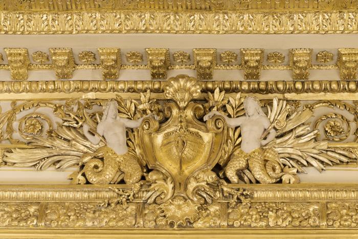 Décor doré avec coquillages et tritons