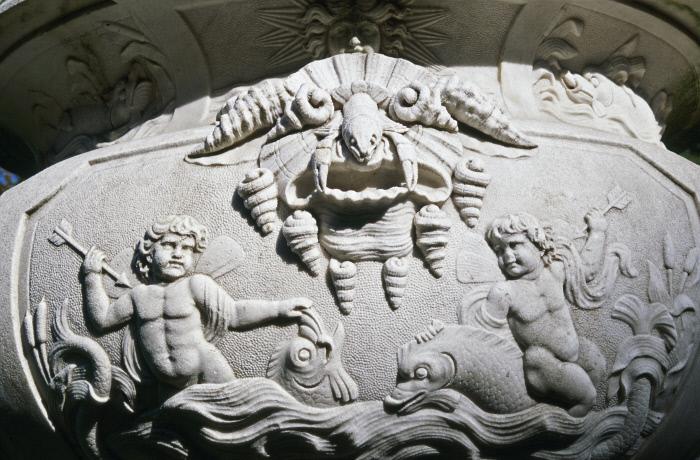 Vase sculpté avec un masque fait de coquillages