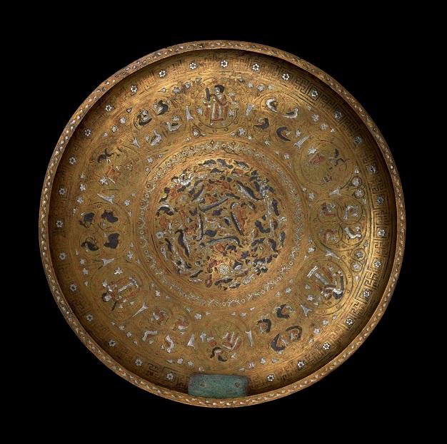 Plat ou plateau. Levant ; 600-800.  Laiton, argent, cuivre, fer Collection Al Thani.