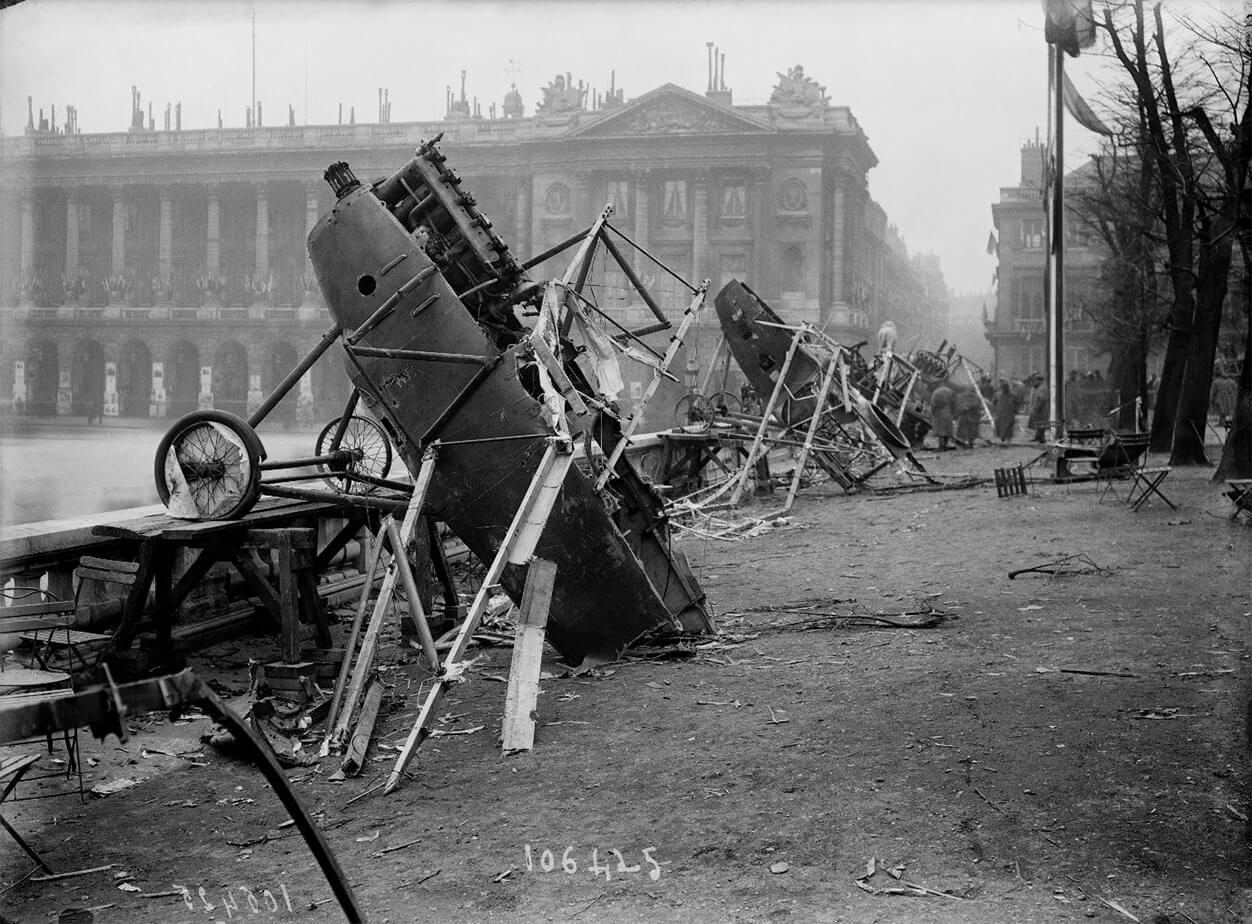 Avions allemands exposés place de la Concorde saccagés par la foule le 18 novembre 1918
