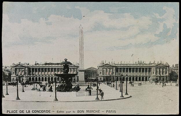 La place de la Concorde, ses fontaines et ses lampadaires sur une carte postale éditée par le magasin Le Bon Marché