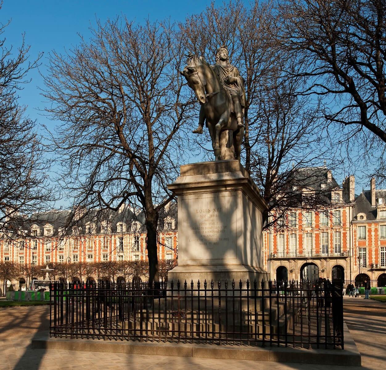 La statue équestre de Louis XIII place des Vosges à Paris