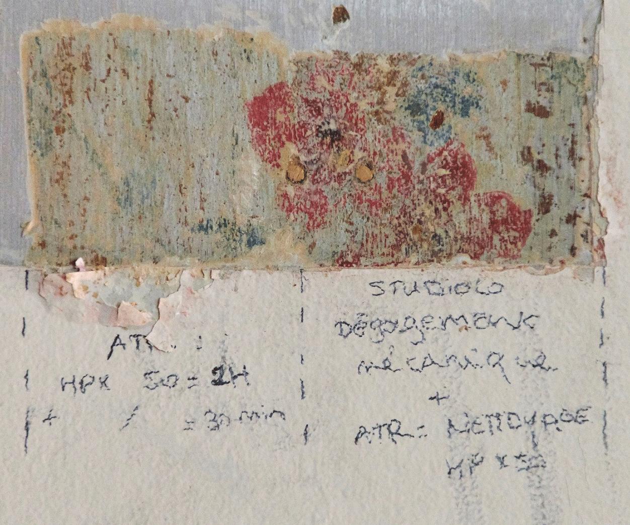 Les restauratrices effectuent des sondages en enlevant les couches de peintures une par une et découvrent les décors peints d'origine