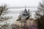 Mont-Saint-Michel, travaux extérieurs : la tour Gabriel échafaudée