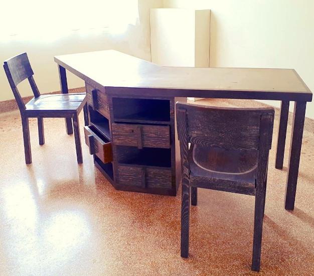 Bureau et chaises salle d'études des filles