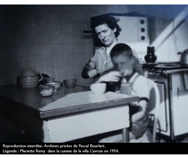 Mariette Remy  dans la cusine de la villa Cavrois en 1954i